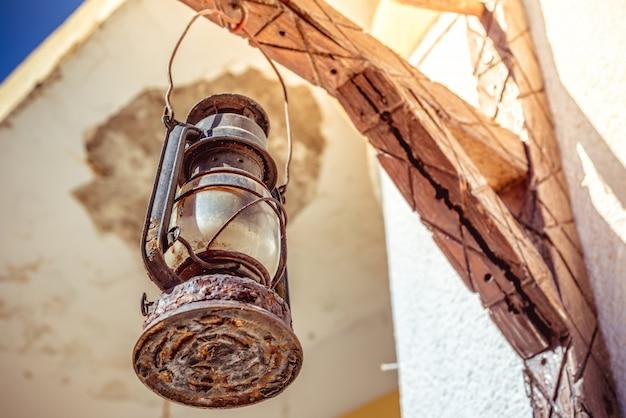 Mittelmeer-straßenszene. rustikale lampe