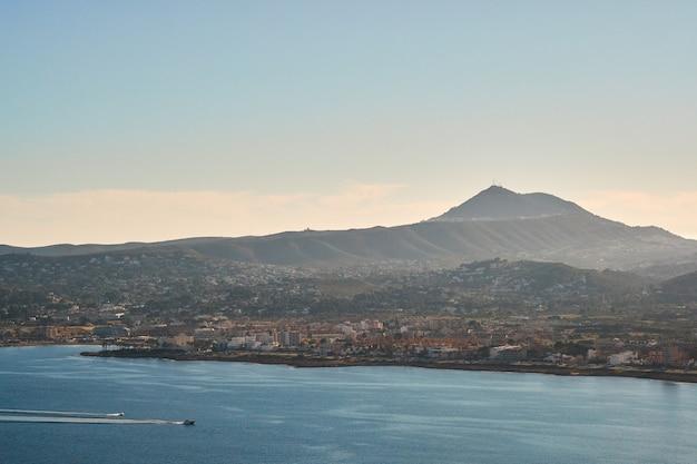 Mittelmeermeerblick am sonnigen tag auf costa blanca in spanien