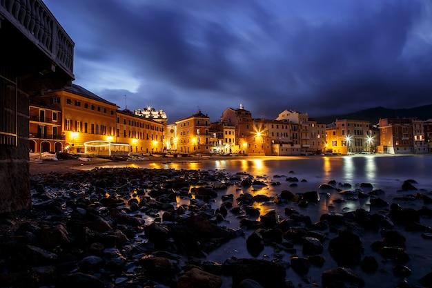 Mittelmeerort sestri levante bei nacht, ligurien, italien