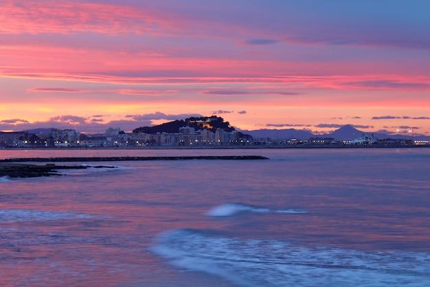 Mittelmeersonnenuntergang auf meer denia