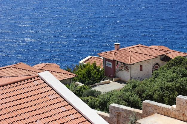Mittelmeerstadt am strand mit rot gedeckten dächern in kas, türkei