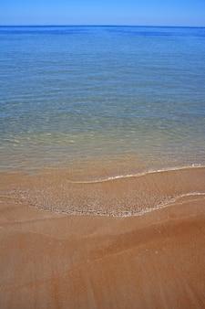 Mittelmeerstrand-uferküstenlinienwasser