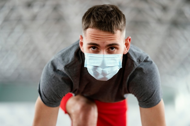 Mittelschuss athlet trägt maske