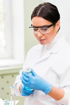 Mittelschuss-wissenschaftler, der eine schutzbrille trägt