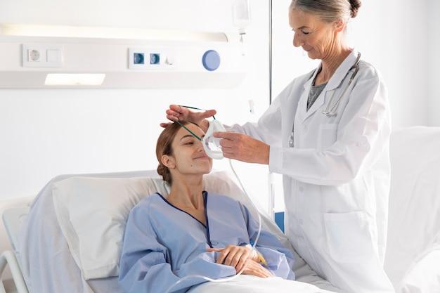 Mittelschussarzt hilft dem patienten