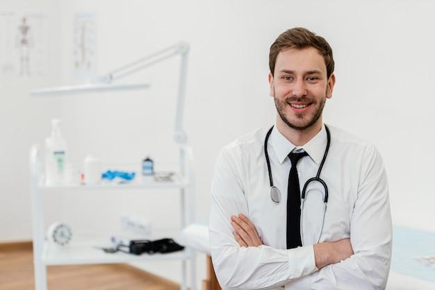 Mittelschussarzt mit verschränkten armen