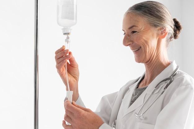 Mittelschussarzt prüft die perfusion