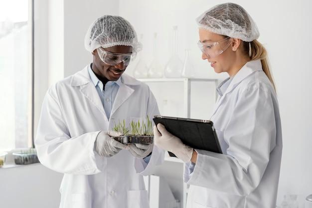 Mittelschussforscher im labor