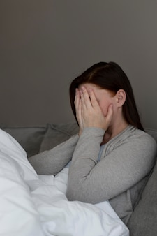 Mittelstarke depressive frau in innenräumen