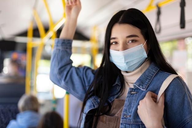 Mittelstarke frau, die mit maske reist