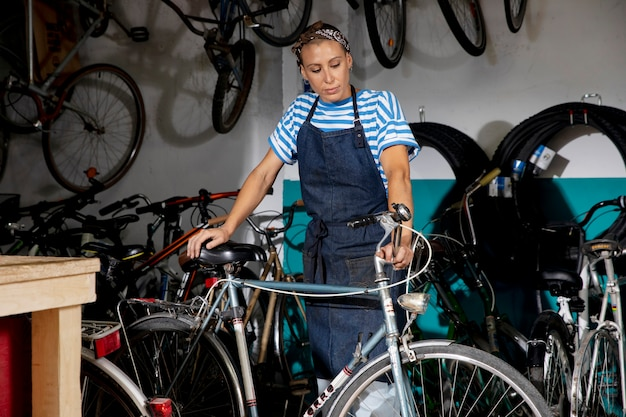 Mittelstarke frau mit fahrrad