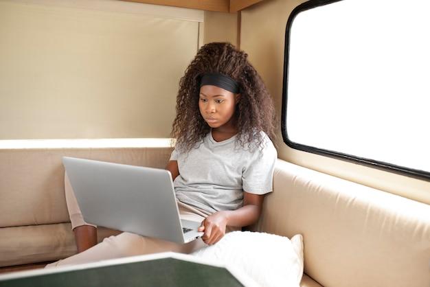 Mittelstarke frau mit laptop
