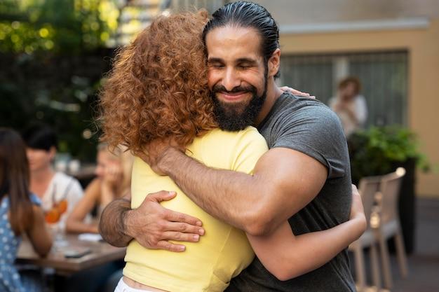 Mittelstarke frau und mann umarmen sich