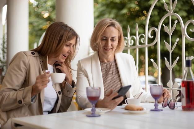 Mittelstarke frauen mit smartphone