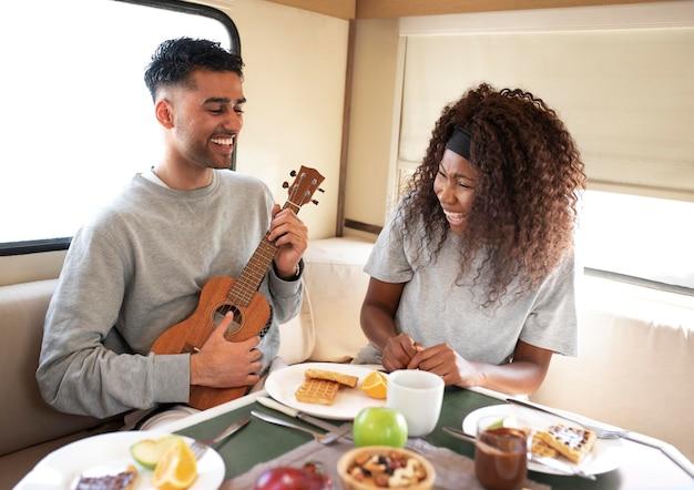 Mittelstarke leute mit essen und gitarre