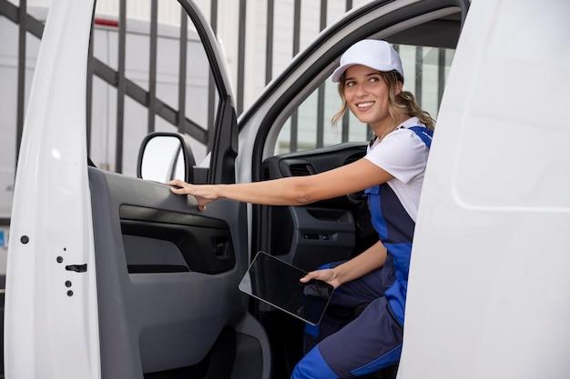 Mittelstarke lieferfrau im lieferwagen