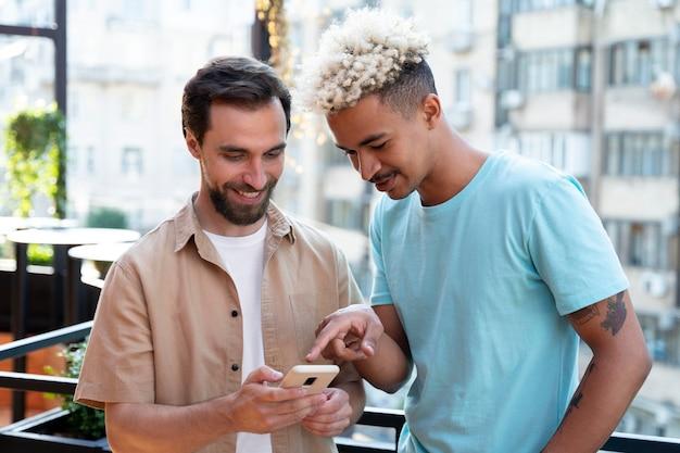 Mittelstarke männer mit smartphone