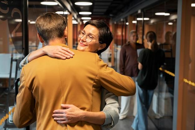 Mittelstarke mitarbeiter umarmen sich