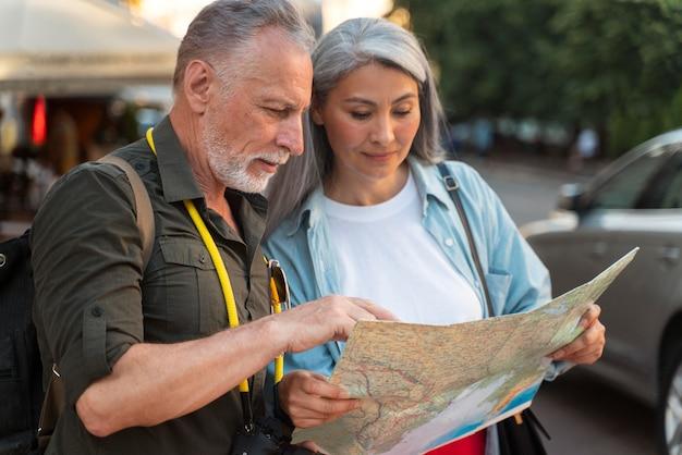 Mittelstarke personen mit karte