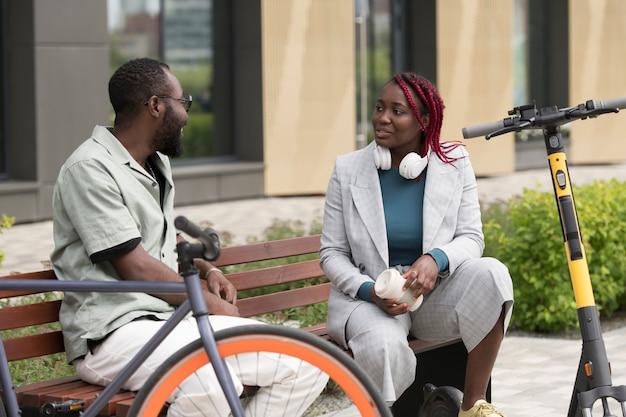 Mittelstarke personen mit roller und fahrrad