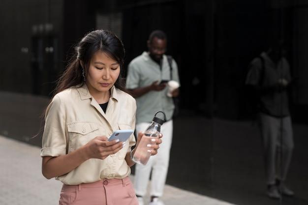 Mittelstarke personen mit smartphone