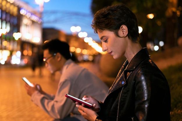 Mittelstarke personen mit telefonen