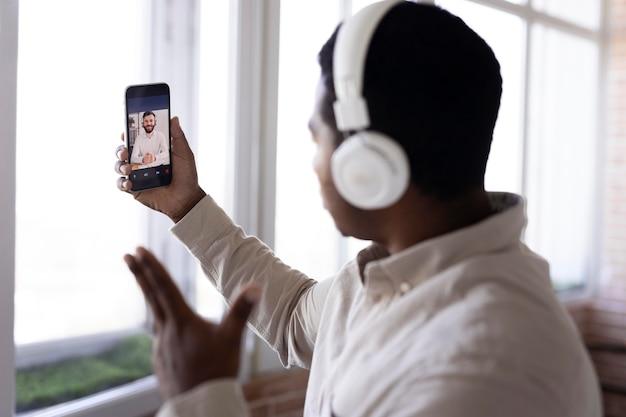 Mittelstarker mann mit smartphone