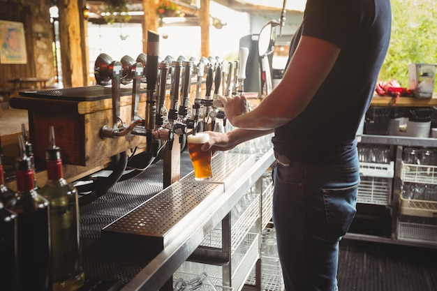 Mittelteil des bar-tender-füllbiers aus der bar-pumpe
