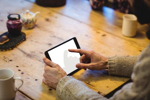 Mittelteil des mannes, der digitale tablette verwendet