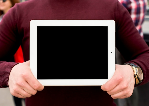 Mittelteil des mannes digitale tablette des leeren bildschirms zeigend