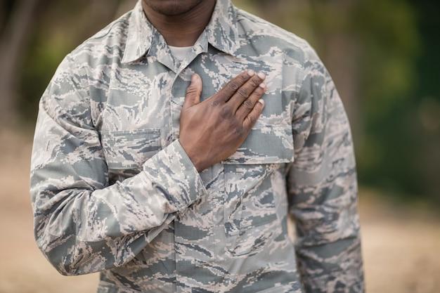 Mittelteil des soldaten, der im bootcamp ein versprechen abgibt