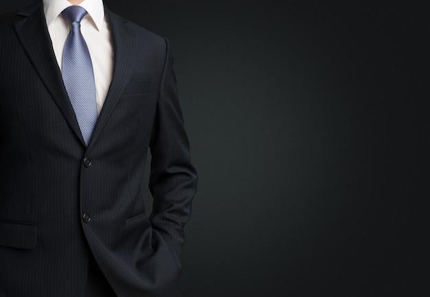 Mittelteilansicht des geschäftsmannes im anzug auf schwarz