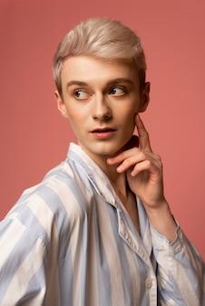 Mittlere aufnahme eines trans-personenporträts