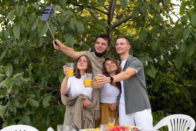 Mittlere aufnahme glückliche freunde, die selfie machen