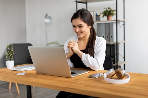 Mittlere aufnahme smiley frau videokonferenz