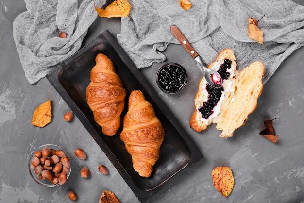 Mittlere aufnahme von croissants und marmelade