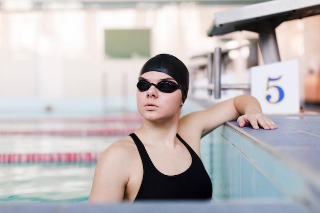 Mittlere einstellung der schwimmerin