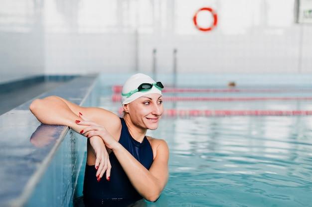 Mittlere einstellung eines glücklichen schwimmers