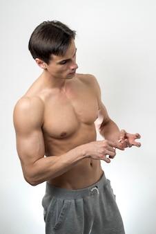 Mittlere einstellung eines mannes, der sich die fingernägel schneidet