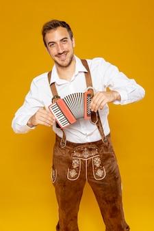 Mittlere einstellung eines mannes mit bandoneon