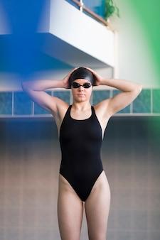 Mittlere einstellung eines professionellen schwimmers