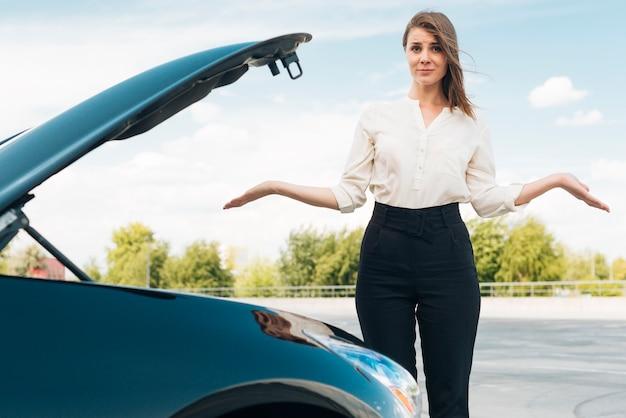 Mittlere einstellung von frau und auto