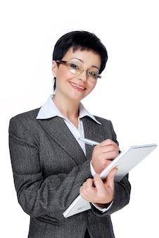 Mittlere erwachsene geschäftsfrau im grauen geschäftsanzug, der arbeitet