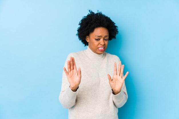 Mittlere gealterte afroamerikanerfrau gegen blau