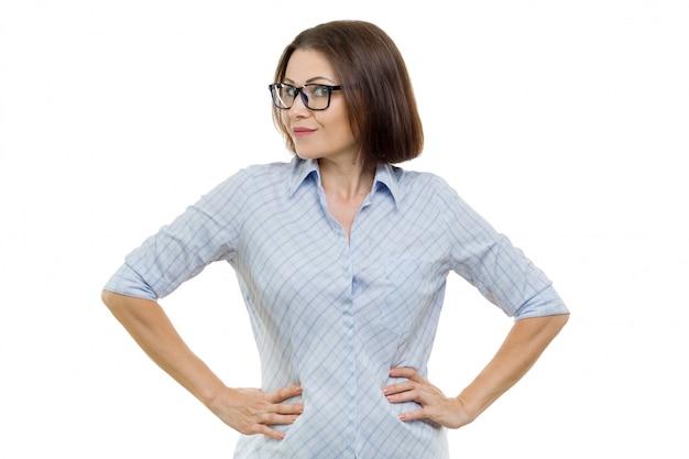 Mittlere gealterte frau des geschäfts mit gläsern
