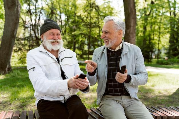 Mittlere geschossene männer lachen