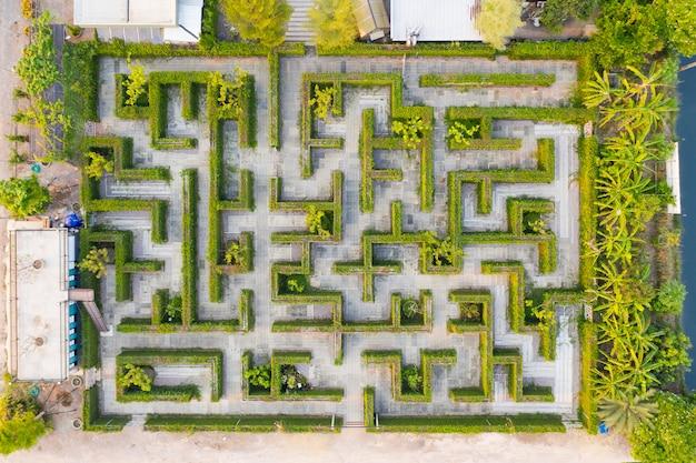 Mittlere höhe der draufsicht des luftfotos des labyrinthgrün-parkgartens