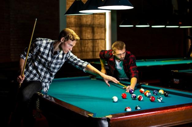 Mittlere jungs mit pool queues und bällen