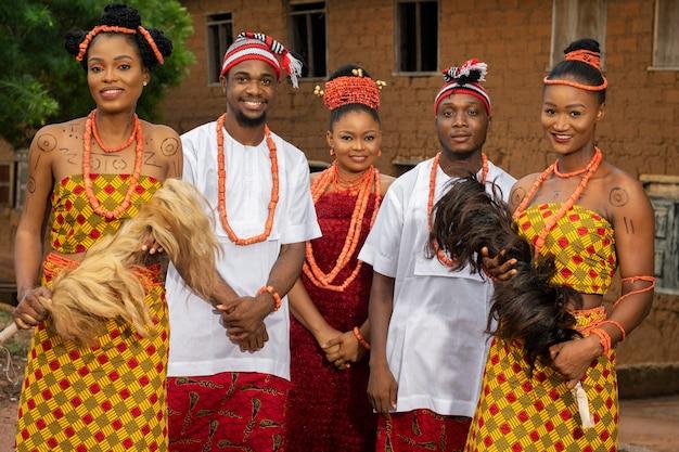 Mittlere schießende nigerianische tänzerinnen mit schmuck