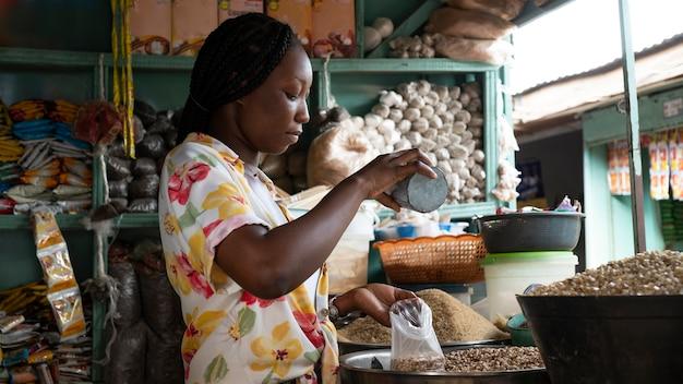 Mittlere schuss afrikanische frau, die arbeitet